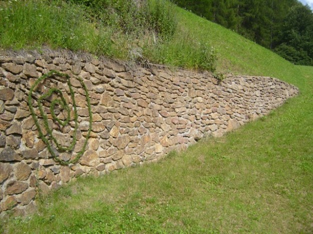 Sprial on stone wall (8m garland woven of small cedar branches)