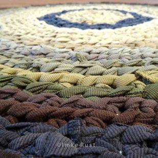 Hand-made T-shirt Yarn Carpet 1 (Detail) © Imke Rust