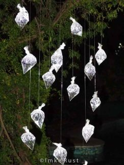 Mobile installation of raindrops at night © Imke Rust