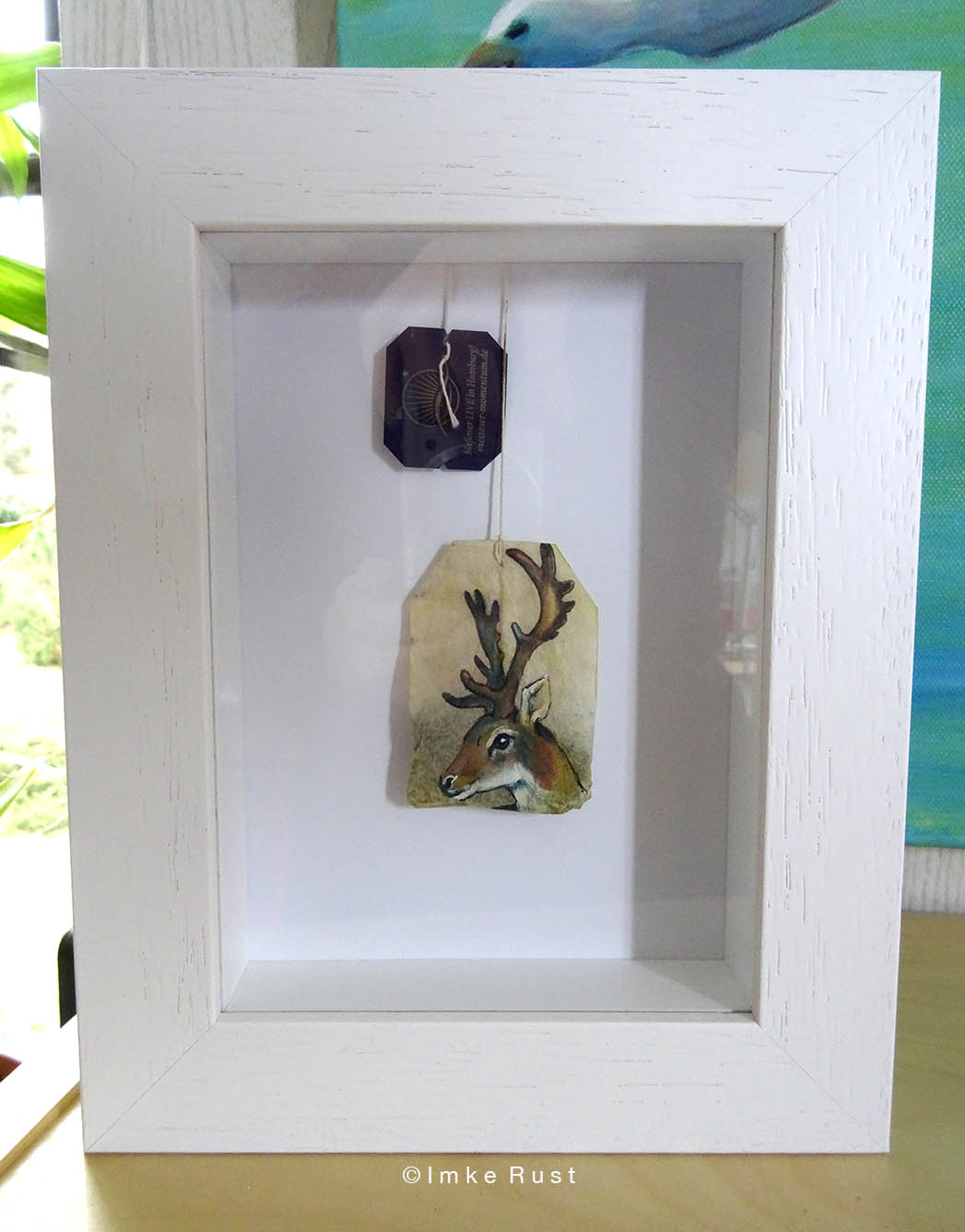 This neat box frame seems perfect for displaying your Teabag Totem. (Frame from Boesner, CAJA, white wood 13x18cm)